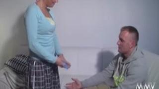 ام شقراء لاتينية تنيك زميل ابنها الجامعي بقوة xxx فيديو عربي
